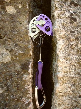 """391e390f147f25 Einige sehr glatte Stellen sind zu überwinden und es kommt dabei mein  """"Hook"""" zum Einsatz. Hooks sind kleine hakenähnliche Metallwerkzeuge"""